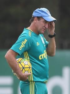 O técnico Cuca, da SE Palmeiras, durante treinamento, na Academia de Futebol.