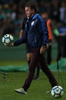 O técnico Cuca, da SE Palmeiras, em jogo contra a equipe do Coritiba FC, durante partida válida pela quinta rodada, do Campeonato Brasileiro, Série A, no Estádio Couto Pereira.